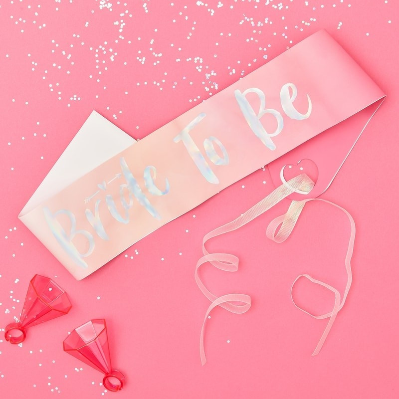 Echarpe Bride to Be rose bonbon pour EVJF avec inscription irisée et ruban rose