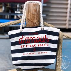 """Sac de plage Marinière Personnalisé - Impression du texte en rouge texture velours """"Vivre d'amour et d'eau salée"""""""